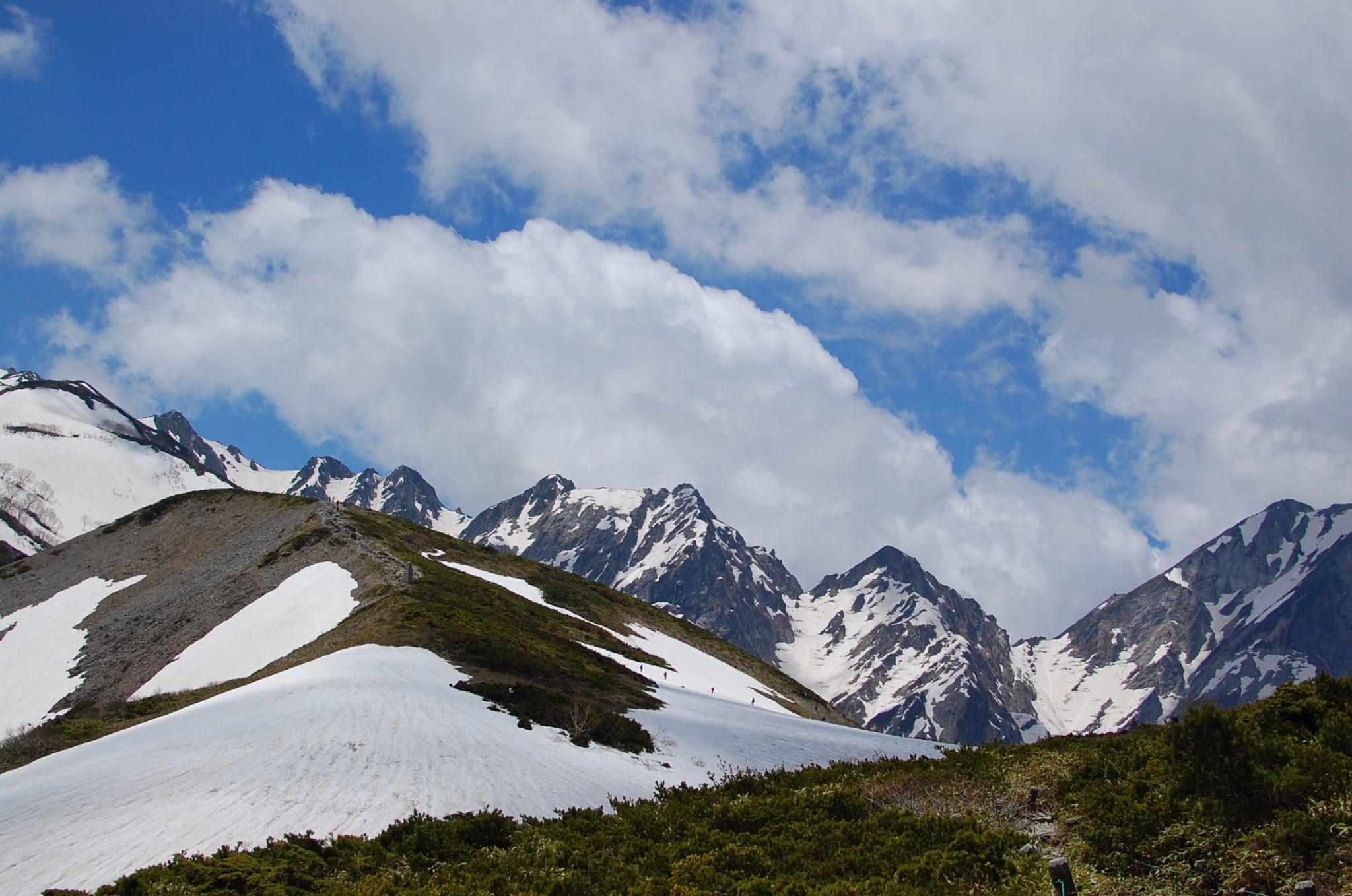 残雪と緑の山